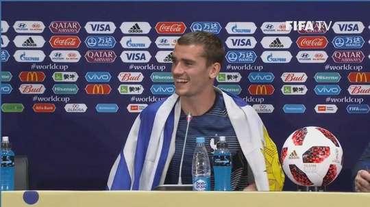 Griezmann, con la camiseta de Uruguay en rueda de prensa. Captura/FIFATV
