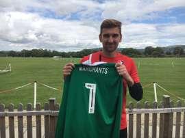 Griffiths posa con la camiseta del Cheltenham. CTFC