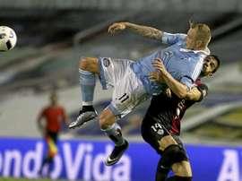 Guidetti trata de controlar un balón de forma acrobática, ayudándose del defensa del Almería Zabaco. Twitter