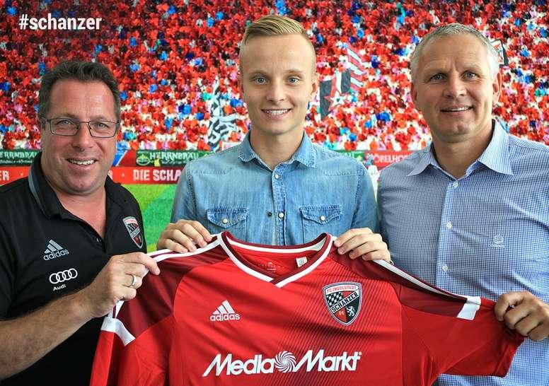 Hadergjonaj posa con la camiseta del Ingolstadt. Schanzer