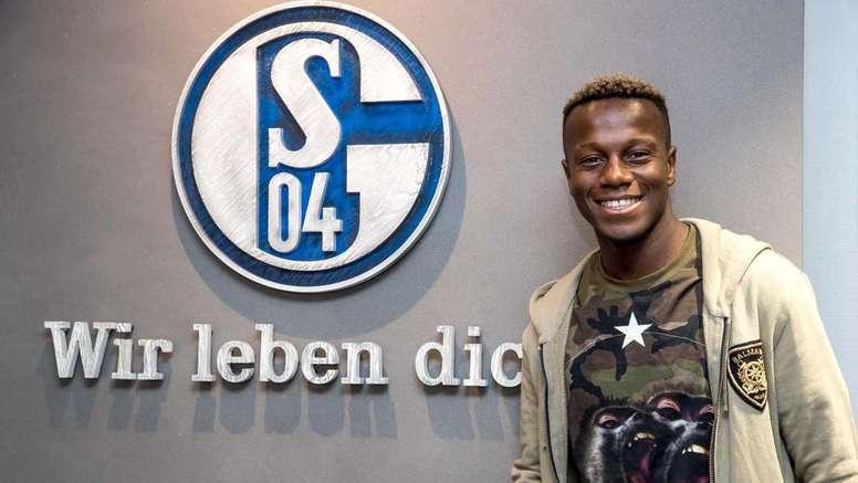 El lateral ha firmado con el club alemán para las próximas cinco temporadas. Schalke04