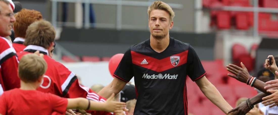 Hauke Wahl, saludando a jugadores de las categorías inferiores del Ingolstadt durante la presentación del equipo. Schanzer