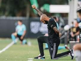 Thierry Henry est resté à genou pendant 8 minutes et 46 secondes. Twitter/MLS