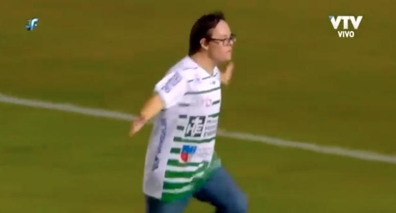 El detalle de Kevin Dawson, portero de Peñarol, con un hincha rival. VTV