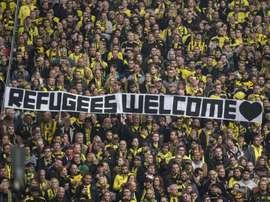 Hinchas del Borussia Dortmund dan la bienvenida a los refugiados. Twitter