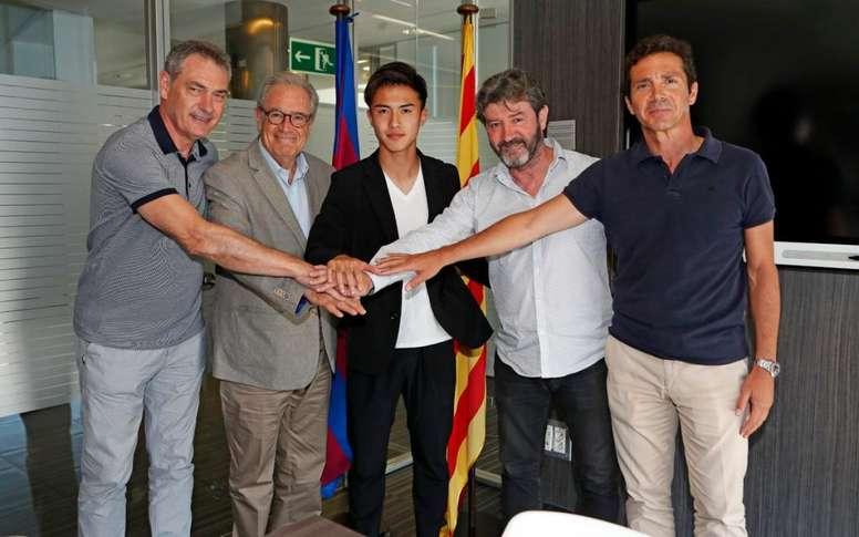 Hiroki Abe firmó su contrato con el Barcelona. FCBarcelonaB