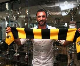 Hugo Almeida posando con la bufanda del AEK de Atenas. AEKFC