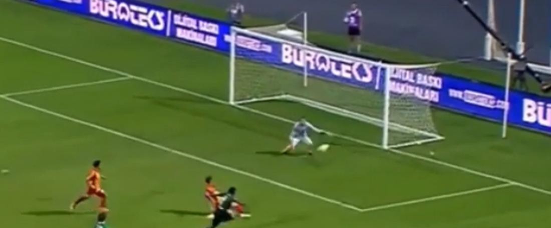 Hugo Rodallega cerró la derrota del Galatasaray en el inicio de la Liga Turca. Captura/BTSports