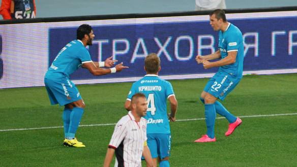 Hulk celebra con Dzyuba el tanto anotado por este último, en el Zenit-Amkar Perm. Twitter