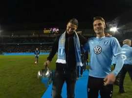 Ibrahimovic le entregó el trofeo al capitán del Mälmo. Captura/Youtube