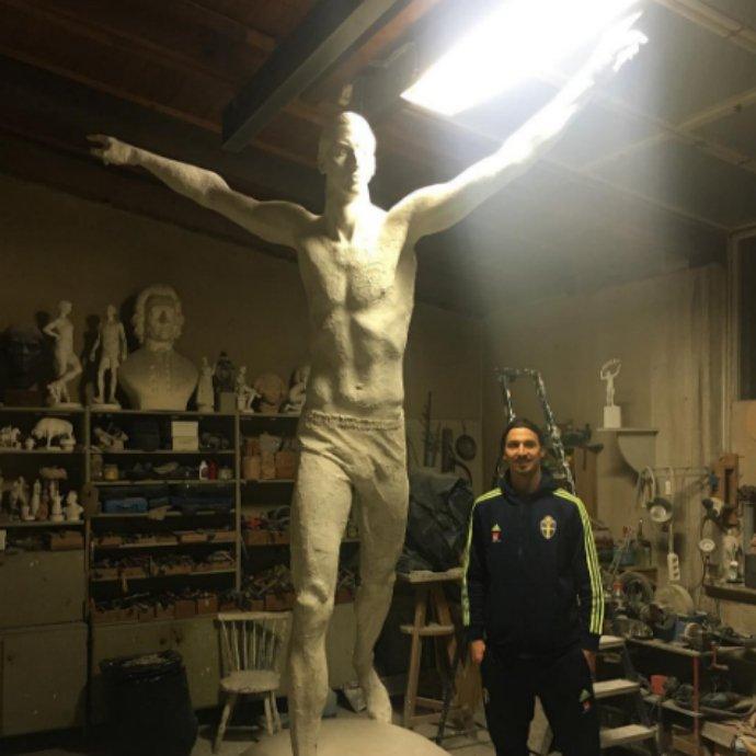 Ibrahimovic next to his statue. Iamzlatanibrahimovic/Instagram