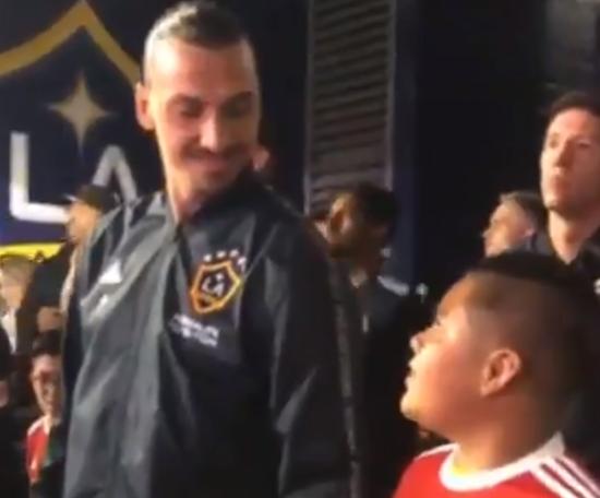 A reação de Ibrahimovic com um pequeno fã. Captura