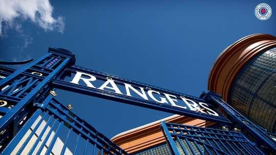 La UEFA ordenó el cierre parcial del estadio del Rangers por racismo. RangersFC