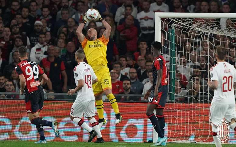Reina saves late penalty as struggling AC Milan beat Genoa. Milan