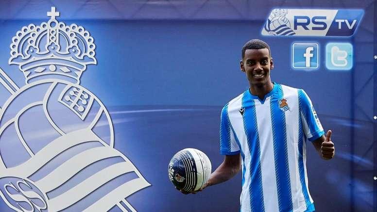 Isak estrenó la nueva equipación de la Real Sociedad. Twitter/RealSociedad