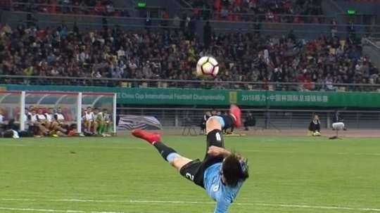 Cavani a marqué un but sur retourné. Twitter/Capture