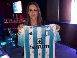Florencia Romero posando com a camisa do Racing. RacingClub