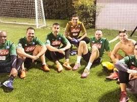 James com vários amigos usando a camiseta do Napoli. Sebasbotero11