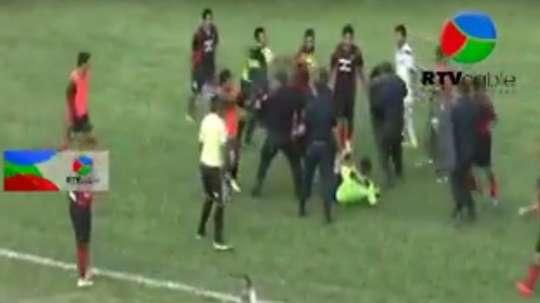 Imagen de la agresión al árbitro del Sarmiento-Sansinena. Twitter