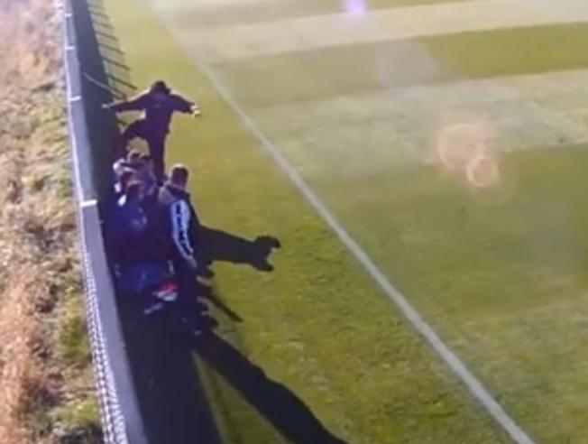 Imagen de la agresión del entrenador, Liviu Petrache, a un juvenil de su equipo. Youtube
