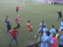 Los hinchas locales agredieron a los jugadores de Deportivo Aguilares. Youtube