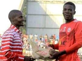 ¿Quién quiere trofeos? En Malawi le entregaron un pollo al 'MVP'. Twitter/SaddickAdams