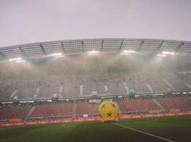 Los jugadores saltaron al campo a calentar antes del retraso del choque. DFBTeam