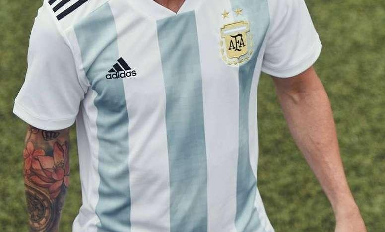 24ec3f69eceee Pin Leo Messi presentó la nueva camiseta de la Selección Argentina. LeoMessi