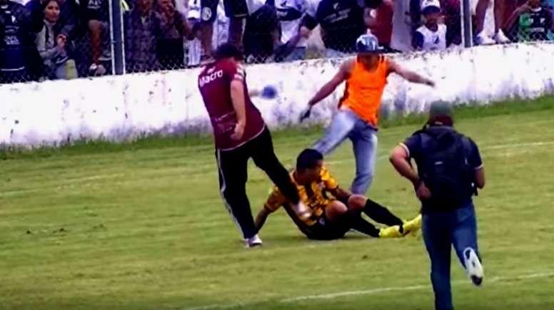 Imagen de la agresión a los jugadores de Talleres de Perico. Twitter/CordobaMiCiudad