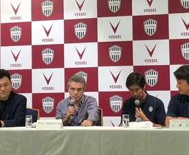Image de la présentation de Juanma Lillo comme entraîneur du Vissel Kobe. VisselKobe