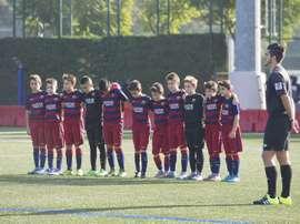 Imagen de las categorías inferiores del Barça, guardando un minuto de silencio por las víctimas de los atentados en Francia. Twitter