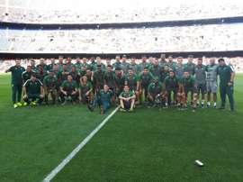 Los tres supervivientes fueron recibidos con honores por el Camp Nou. Twitter/Chapecoense