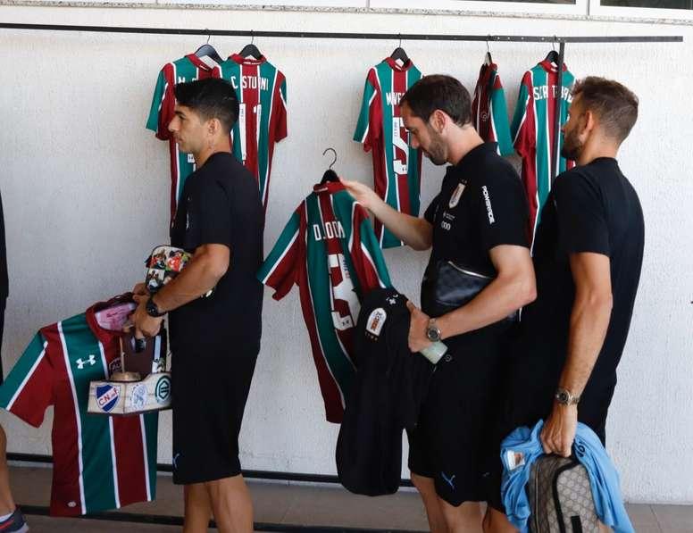 Los jugadores charrúas recibieron camisetas de Fluminense. Uruguay