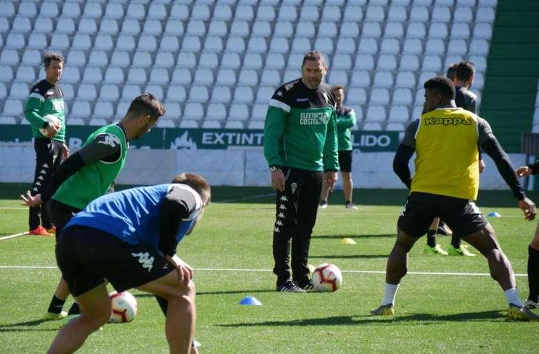 Rafa Navarro y el Córdoba se la juegan esta jornada. Twitter/CordobaCFSAD
