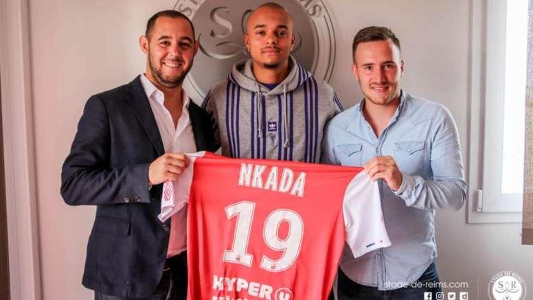 Nkada firma por cuatro temporadas. Twitter/StadeDeReims