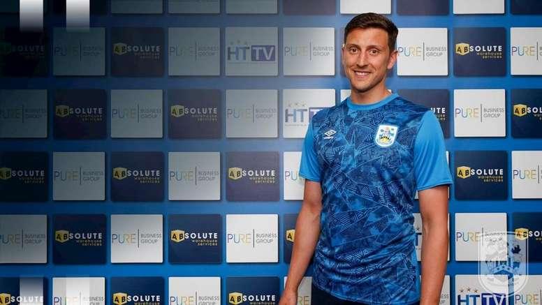 Elphick llega procedente del Aston Villa. HuddersfieldTown