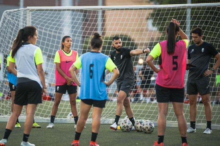 El Granada Femenino jugará en Los Cármenes. Twitter/GranadaFemenino