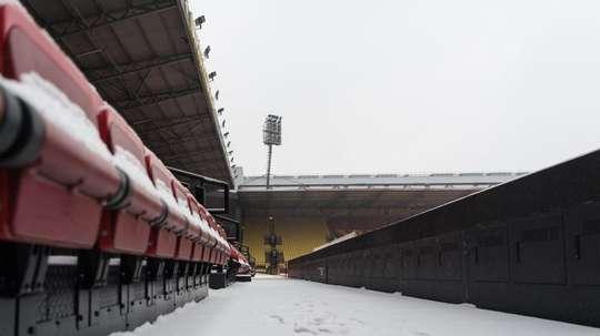 El Watford le pidió ayuda a sus aficionados para retirar la nieve del campo. AFP