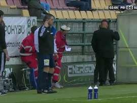 Imagen del árbitro asistente -borracho- del Pribram-Slavia. Twitter