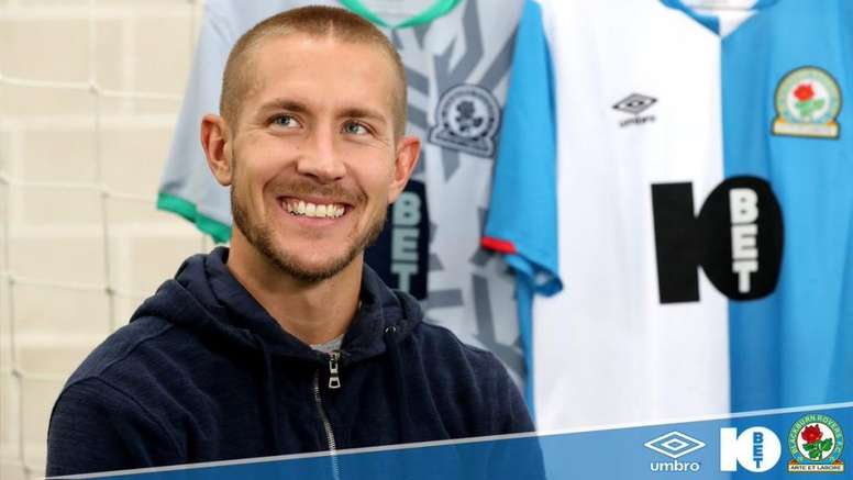 Lewis Holtby firma por el Blackburn Rovers. Twitter/Rovers