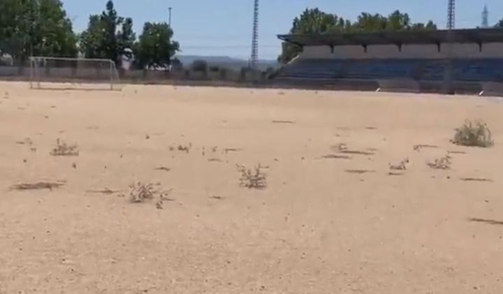 El lamentable estado del campo del polideportivo Municipal Talavera La Nueva. Twitter/CFTalavera_