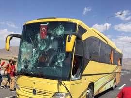 Imagen del estado en el que quedó el autobús que transportaba seguidores del Besiktas y que fue atacado por hinchas del Galatasaray. Fanatik