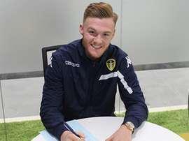 Taylor, firmando su nuevo contrato con Guiseley. LUFCacademy