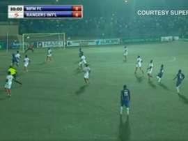Imagen del golazo de Sikiru Olatunbos en el encuentro entre el MFM y el Enugu Rangers. S9Live