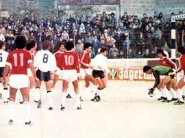 Imagen del Malta-Alemania de 1979, disputado en un campo con arena de playa.