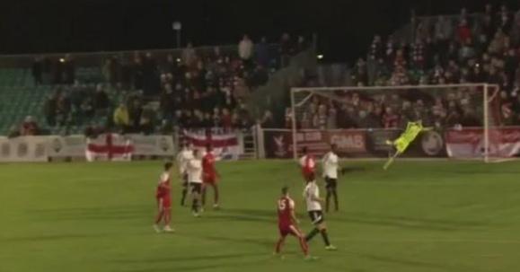Imagen del momento en que el disparo del Whitehawk entraba en la portería del Stockbridge al tiempo que el árbitro pitaba el final del partido. Twitter/FootyAcumms