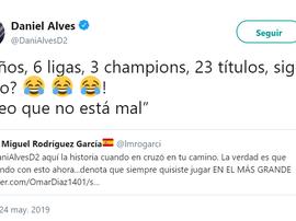 Dani Alves respondió a un aficionado contando sus títulos. Captura/DaniAlvesD2