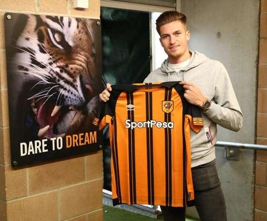 Reece Burke llegó al Hull City este martes. Twitter/HullCity