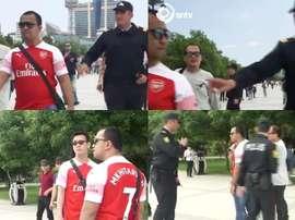 Azeri police stop Arsenal fans with Mkhitaryan shirts on. Capturas/SNTV