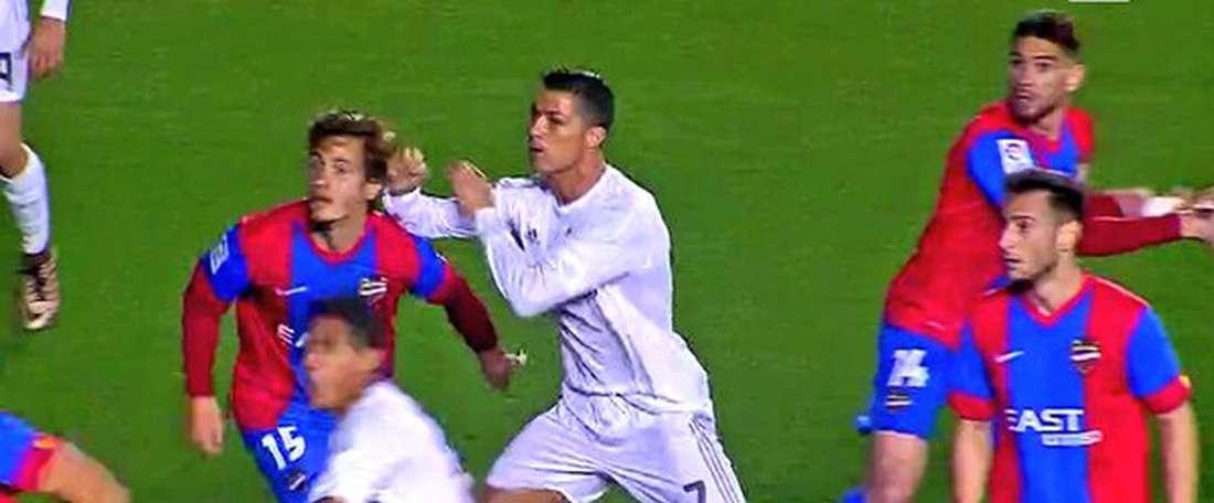 Cristiano Ronaldo a donné un coup au visage de son adversaire. Twitter